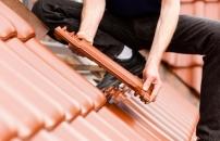 Dachstein- und Dachziegeldeckung
